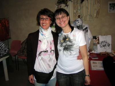 Annamaria e Fulvia che indossa orgogliosa il ritratto di Brian (clicca per ingrandire)