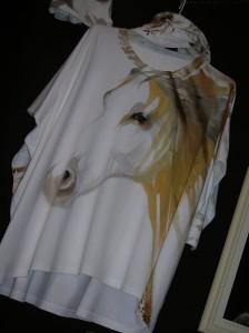 Anna Maria Di Giorgi: maglia di cotone con collo/cappuccio removibile dipinta a mano