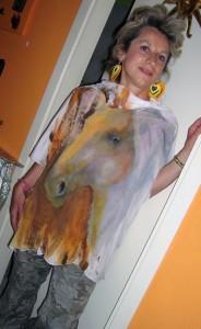 Anna Maria Di Giorgi: dipinto a mano su maglia mantella in jersey di seta
