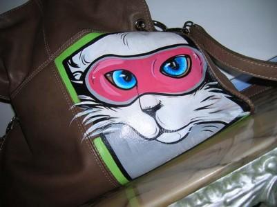 Anna Maria Di Giorgi: dipinto a fumetto su borsa in pelle