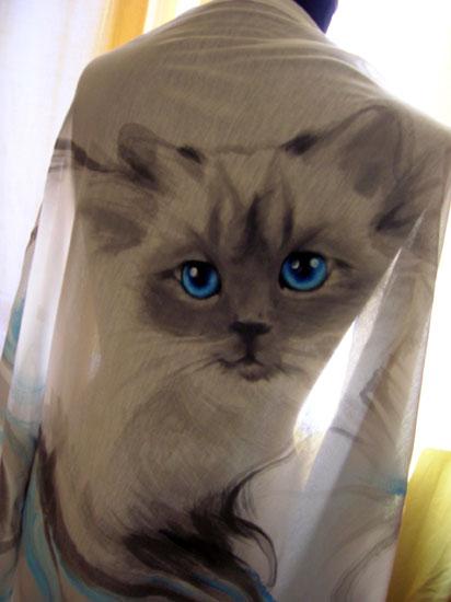 ... e questo il suo ritratto dipinto a mano su stola in jersey di seta
