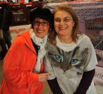 Annamaria e Maria Grazia che indossa entusiasta il ritratto di Echo dipinto a mano su maglia in viscosa